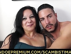 SCAMBISTI MATURI - Brunette Italian cougar goes for coitus with younger stud